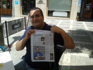David con el articulo en el periódico de su publicación