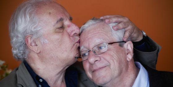 Javier Reverte besa a su hermano Jorge. / BERNARDO PÉREZ