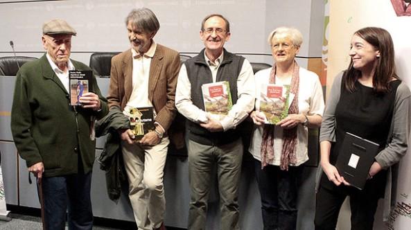 El escritor bilbaíno Ramiro Pinilla (i) y el donostiarra Ramón Saizarbitoria (2i), dos de los grandes iconos de las letras vascas, ganadores de los Premios Literarios Euskadi de 2013 en las categorías de Literatura en Castellano y en Euskera, respectivamente, posan junto a los premiados en Traducción literaria al euskera, Iñaki Mendiguren y Sarah Turtle (2d) (EFE)